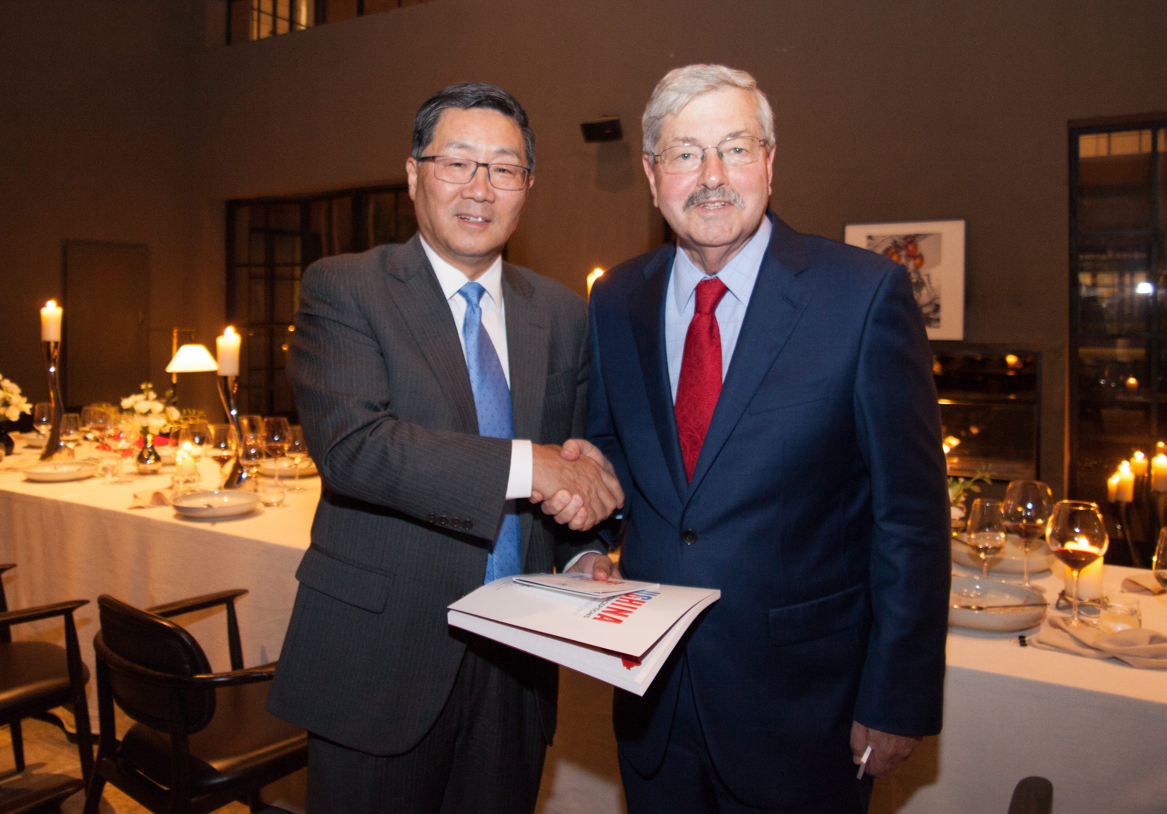 Dazong Wang and Ambassador Branstad shaking hands