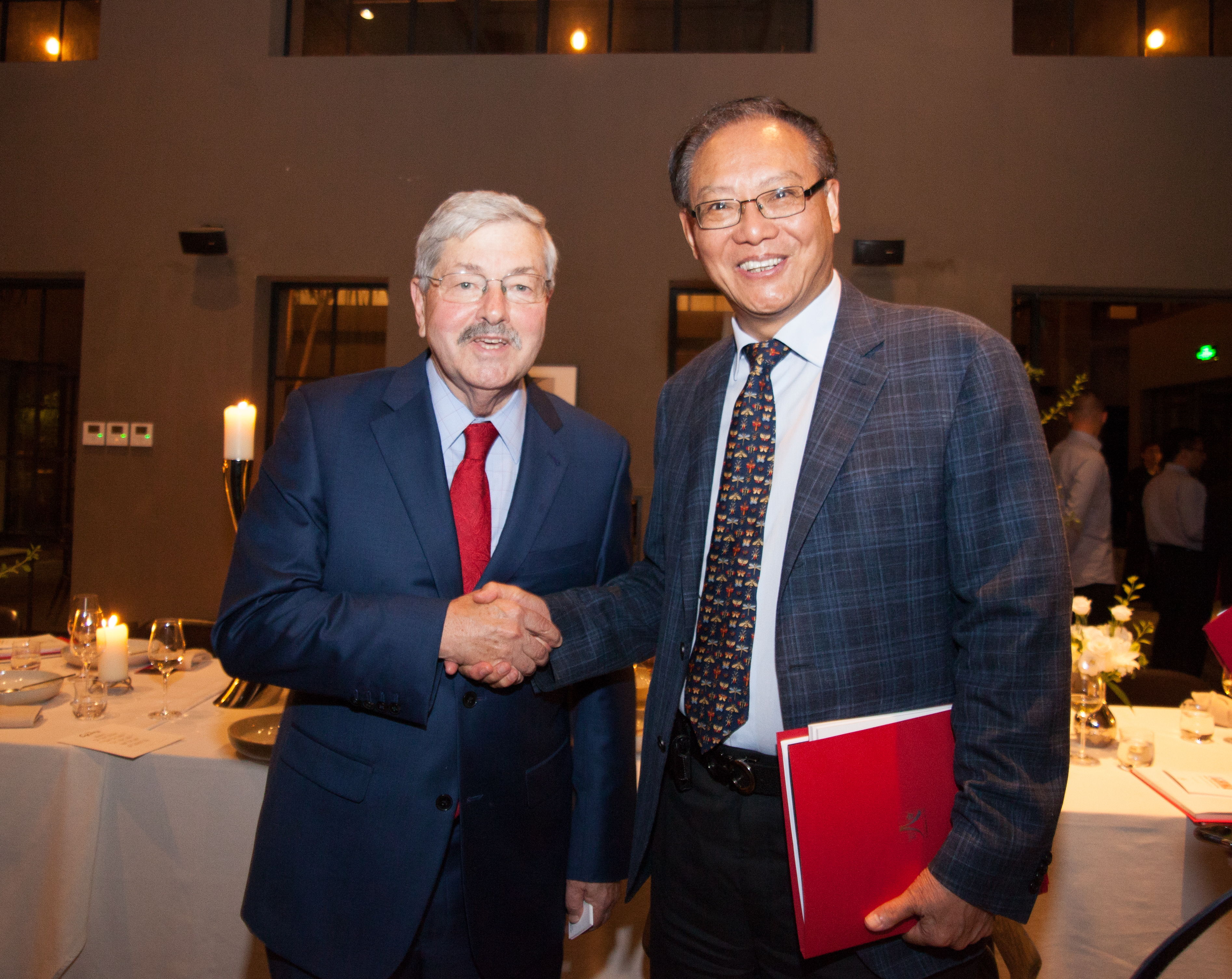 Howard Li and Ambassador Branstad shaking hands 1